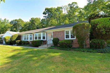 Condo Home Sold in Brookfield CT 06804. Ranch house near waterfront with 1 car garage.