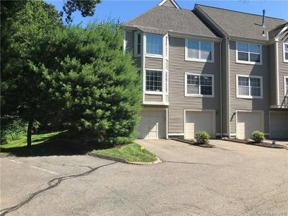 Condo Home Sold in Norwalk CT 06851. Ranch house near beach side waterfront with swimming pool and 1 car garage.