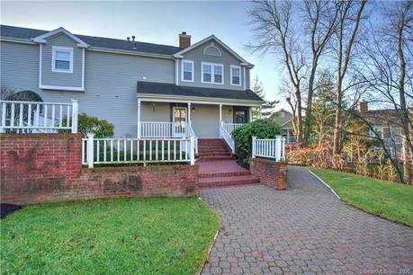 Condo Home Sold in Trumbull CT 06611. Ranch house near waterfront with swimming pool and 1 car garage.