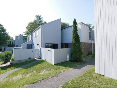 Foreclosure: Condo Home Sold in Ridgefield CT 06877. Ranch house near waterfront with swimming pool.