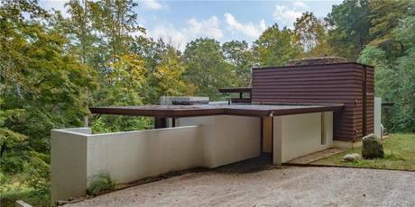 Short Sale: Single Family Home For Sale in Weston CT 06883. Contemporary, ranch house near waterfront with swimming pool.
