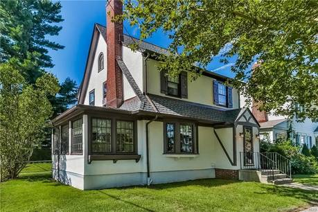 Single Family Home Sold in Bridgeport CT 06604. Old colonial house near waterfront with 2 car garage.