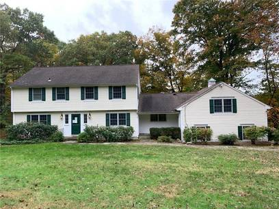 Foreclosure: Single Family Home For Sale in New Canaan CT 06840. Colonial house near waterfront with 2 car garage.