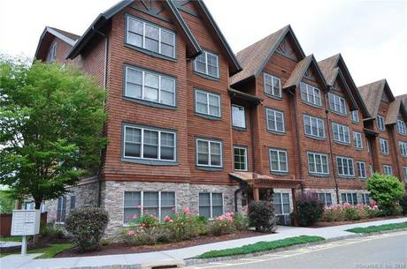 Condo Home For Sale in Danbury CT 06811. Ranch house near beach side waterfront with swimming pool.