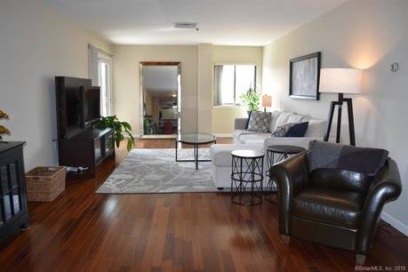 Condo Home Sold in Stamford CT 06902. Ranch house near beach side waterfront with 2 car garage.