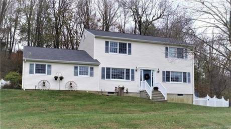 Single Family Home For Sale in Brookfield CT 06804. Colonial house near lake side waterfront with swimming pool and 2 car garage.