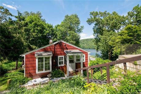 Single Family Home Sold in Newtown CT 06482. Ranch cottage house near lake side waterfront.