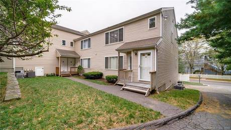 Condo Home For Sale in Norwalk CT 06854. Ranch townhouse near beach side waterfront with 1 car garage.