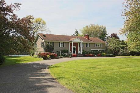 Single Family Home Sold in Easton CT 06612. Ranch house near beach side waterfront with swimming pool and 2 car garage.