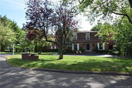 Single Family Home For Sale in Easton CT 06612. Colonial house near waterfront with swimming pool and 2 car garage.