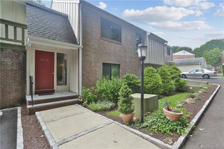 Condo Home Sold in Norwalk CT 06880. Ranch house near waterfront with swimming pool and 1 car garage.