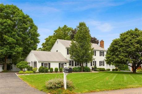 Single Family Home For Sale in Darien CT 06820. Colonial house near waterfront with swimming pool and 2 car garage.