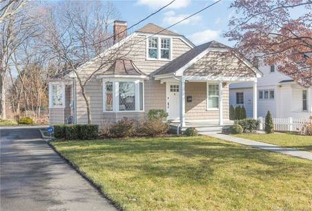 Single Family Home Sold in Bridgeport CT 06605. Old ranch cottage house near beach side waterfront.