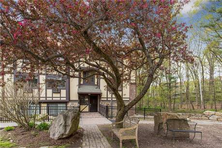 Condo Home Sold in Norwalk CT 06851. Ranch house near lake side waterfront with swimming pool and 1 car garage.