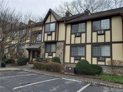 Condo Home For Rent in Norwalk CT 06851. Ranch house near lake side waterfront with swimming pool.