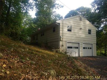 Foreclosure: Single Family Home For Sale in Trumbull CT 06611. Ranch house near waterfront with 2 car garage.