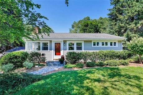 Single Family Home Sold in Fairfield CT 06824. Ranch house near beach side waterfront with swimming pool and 1 car garage.