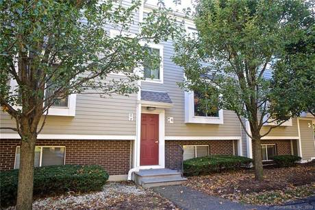 Condo Home Sold in Norwalk CT 06851. Ranch house near beach side waterfront with swimming pool.