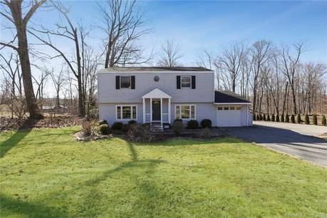 Single Family Home For Sale in Brookfield CT 06804. Colonial house near waterfront with 1 car garage.