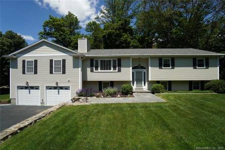 Single Family Home Sold in Easton CT 06612. Ranch, colonial house near waterfront with 2 car garage.