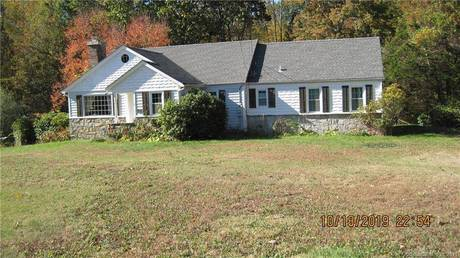 Single Family Home For Rent in Redding CT 06896. Ranch house near lake side waterfront.