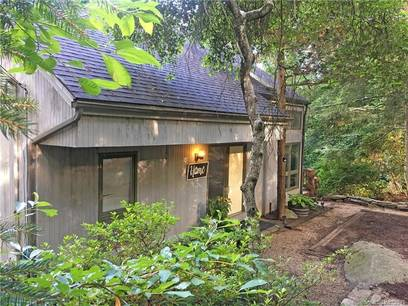 Single Family Home Sold in Newtown CT 06482. Contemporary house near waterfront.