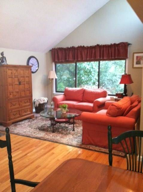 Condo Home Sold in Ridgefield CT 06877. Ranch house near waterfront with swimming pool and 1 car garage.