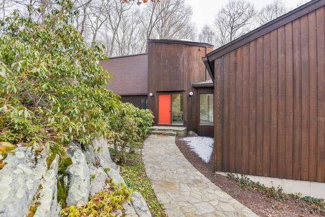 Single Family Home Sold in Redding CT 06896. Contemporary house near waterfront with swimming pool and 3 car garage.