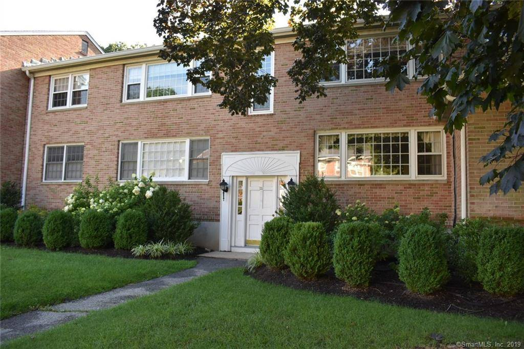 Condo Home Sold in New Canaan CT 06840. Ranch house near waterfront with swimming pool and 1 car garage.