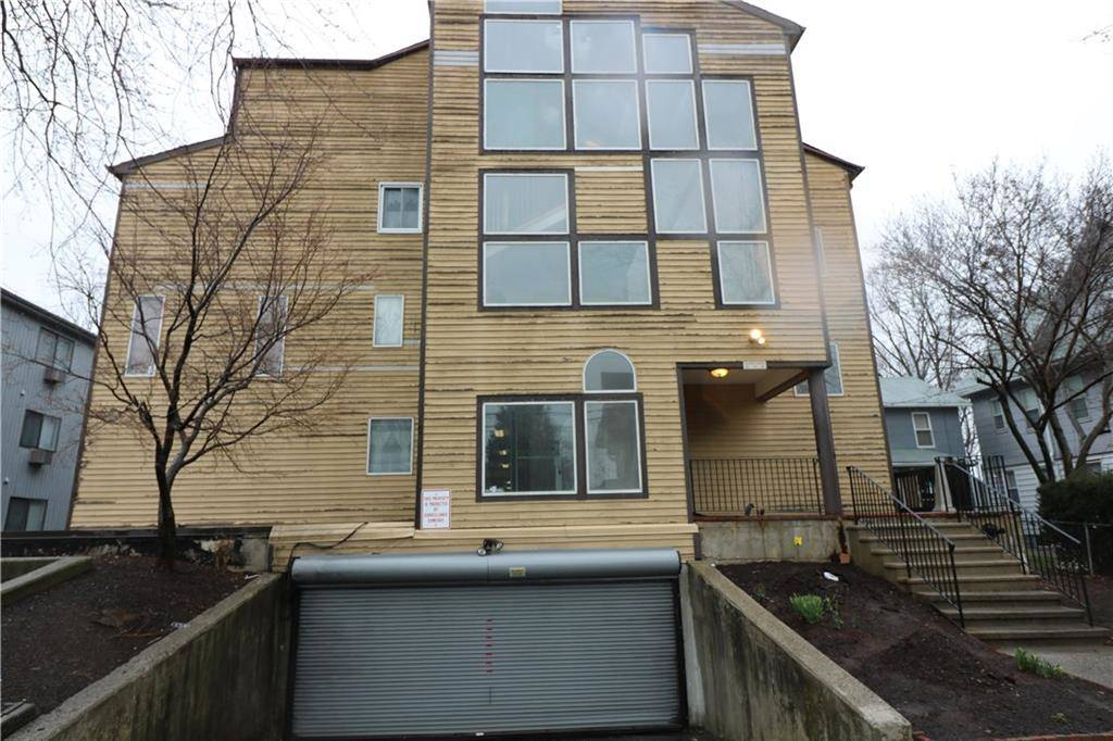 Foreclosure: Condo Home Sold in Bridgeport CT 06604.  townhouse near waterfront with 2 car garage.