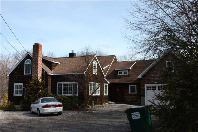 Short Sale: Single Family Home Sold in Newtown CT 06470. Colonial cape cod house near waterfront with 2 car garage.