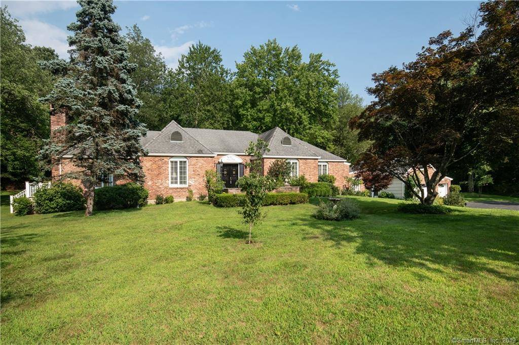 Single Family Home Sold in New Canaan CT 06840. Ranch house near lake side waterfront with 3 car garage.