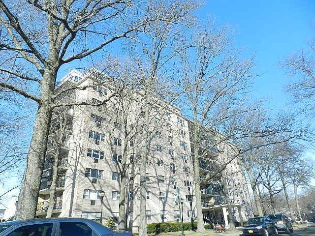 Foreclosure: Condo Home Sold in Bridgeport CT 06604.  house near waterfront with 1 car garage.