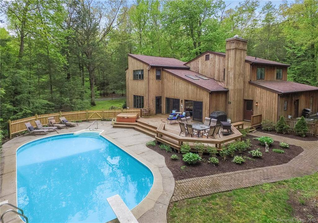 Single Family Home Sold in Brookfield CT 06804. Contemporary, colonial house near waterfront with swimming pool and 2 car garage.