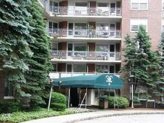 Condo Home Sold in Stamford CT 06902. Ranch house near waterfront with swimming pool.